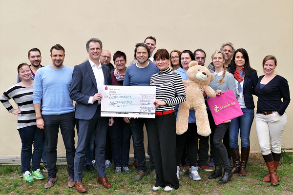 Mitarbeiter der GET AG übergeben Frau Meister eine Spende für das Kinderhospiz Bärenherz in Leipzig