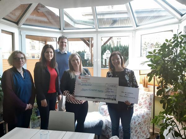 Mitarbeiter der GET AG übergeben Frau Bodendieck (rechts im Bild) eine Spende für das Hospiz ADVENA Leipzig (Foto: Nora Domahs)